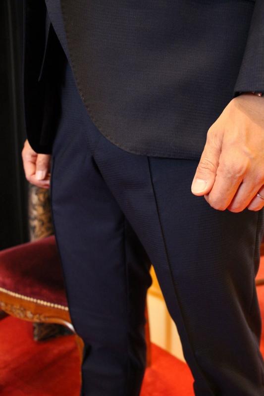 ネイビー生地のオーダースーツで、多忙な弁護士様へ誠実さと機能性を備えた一着