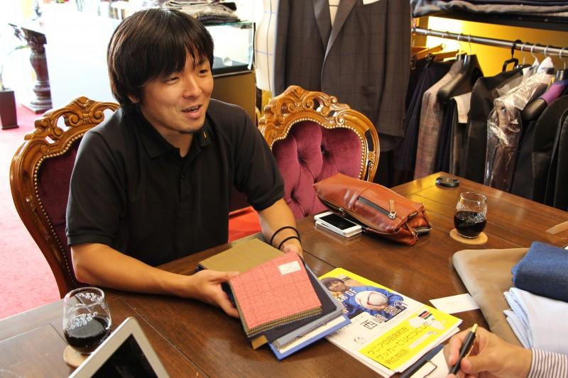 西崎圭介さんのスーツの採寸風景