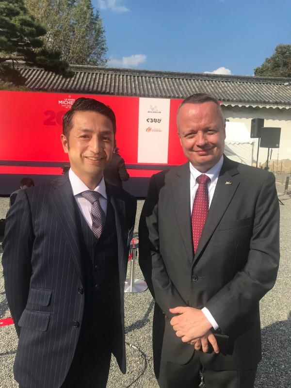大阪でオーダーされたスーツをまとい、ミシュランガイドの一つ星を見事に獲得した、京都懐石・会席料理店「むろい」のオーナーシェフ室井様。