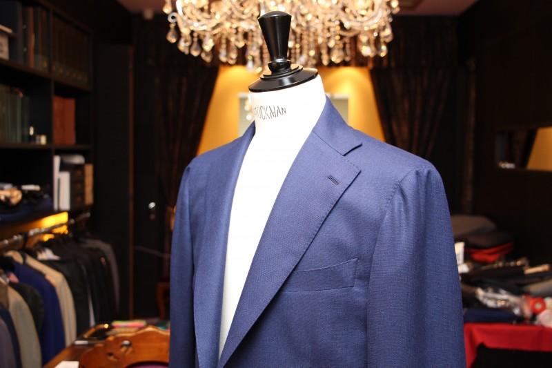 スーツの本場、英国紳士たちも一目惚れ、『Luxum』のエントリーラインのジャケットのコストパフォーマンス。