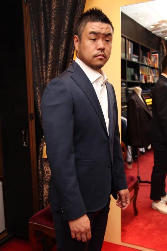 スニーカーに合うストレッチスーツは普段スーツを着ない方におすすめです。三宮の超繁盛店「ひとりひとり」のオーナーシェフのオーダー。