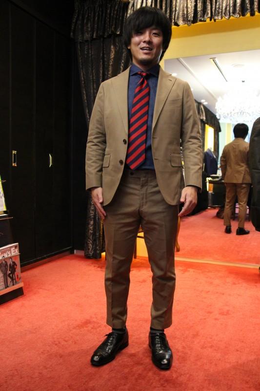 西崎圭介さんのスーツはアフリカの大地を感じる。なぜだ…それは西崎圭介さんがアフリカにサッカーの町をつくっている男だからだ。