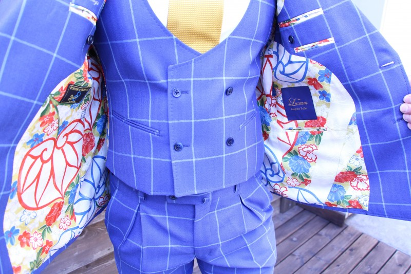 着物のスーツを店外で撮影した画像