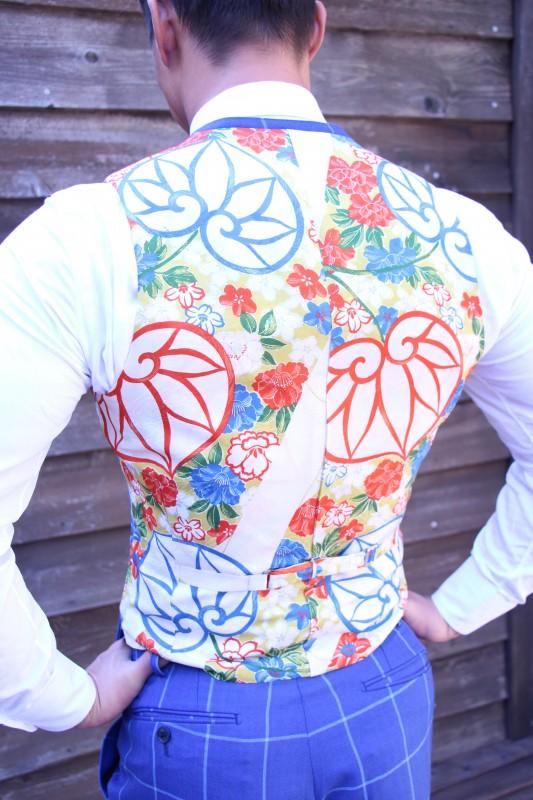 裏地に着物を施したスーツを大阪南船場で纏う、世界一の逆三角形ボディの佐藤正悟さん。