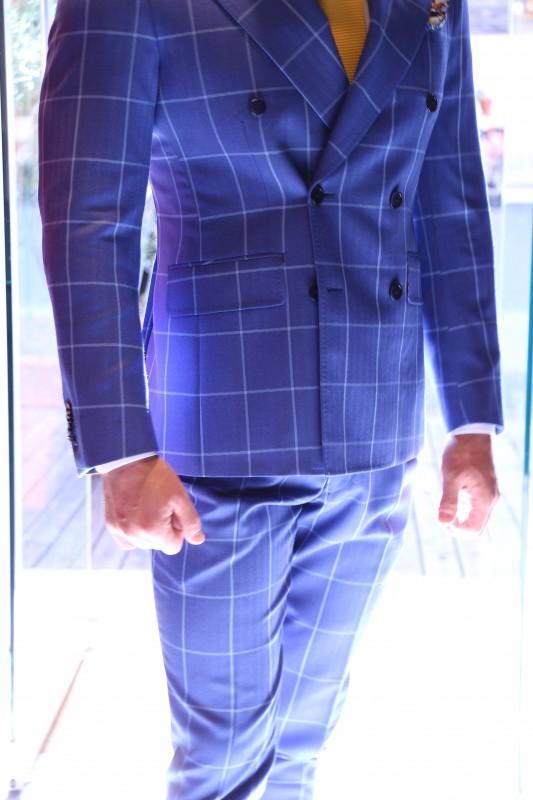 裏地が着物のスーツを店外で撮影した画像