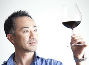 ワインを眺めるイケメン画像