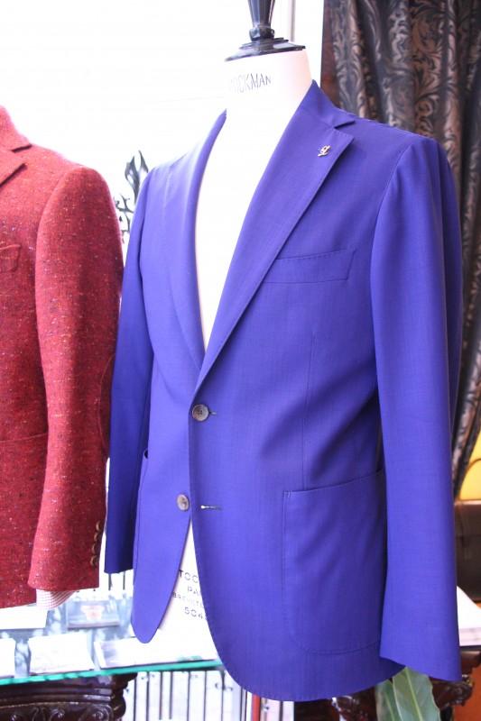 青いジャケットについているオーダーピンズの画像