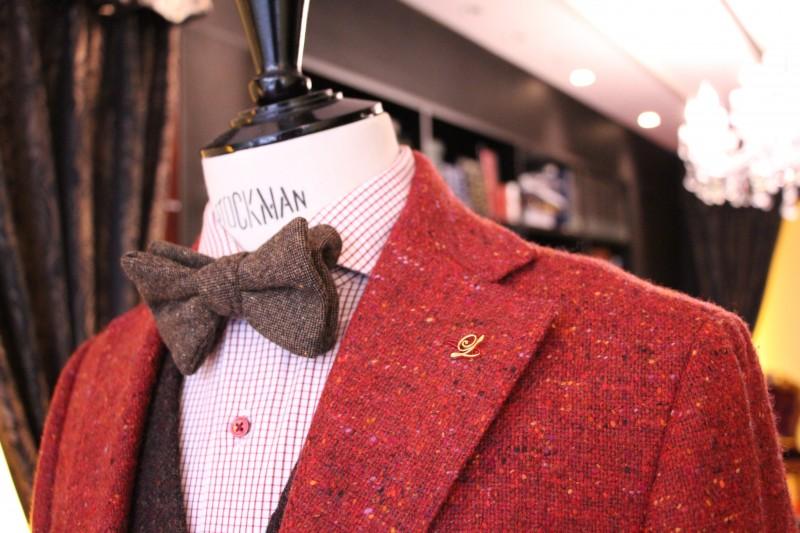 赤いジャケットについているオーダーピンズの画像