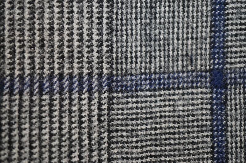 グレーのグレンチェックに青のオーバーペンの生地