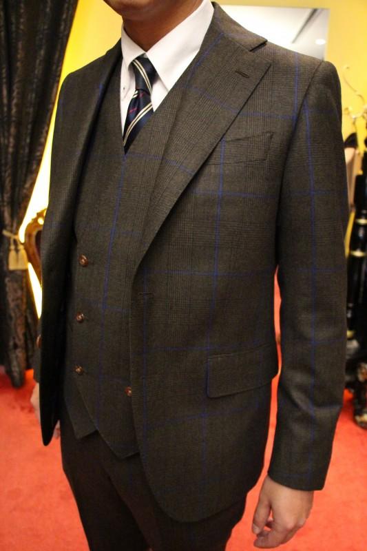 ブラウンのフランネルのスーツ