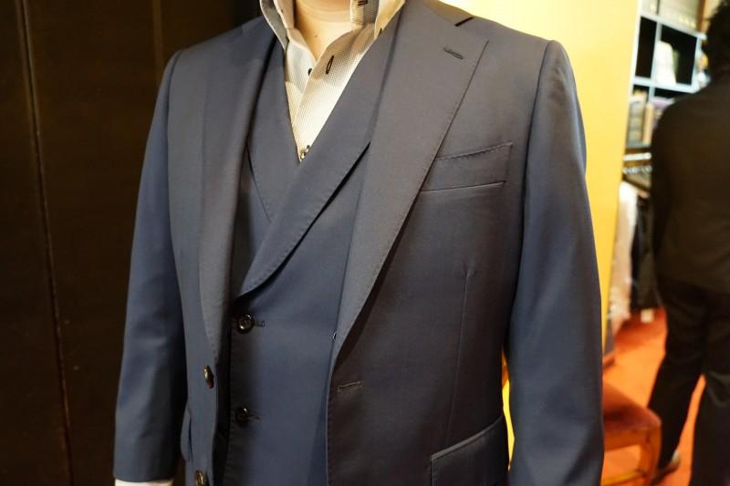 新郎スーツの一番人気、ネイビースーツ。海外挙式との相性も抜群。