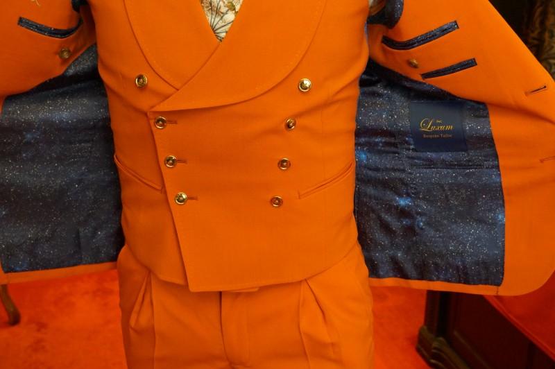 Luxumのオレンジのオーダースーツ