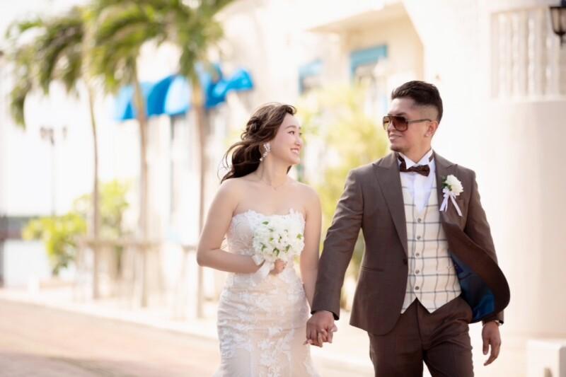 リゾート、ビーチ、ガーデン、レストランなどでの結婚式に人気の、カジュアルなウェディングスーツ。